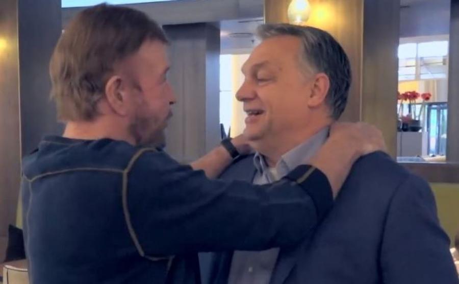 Screen z nagrania wideo z Chuckiem Norrisem i Viktorem Orbanem
