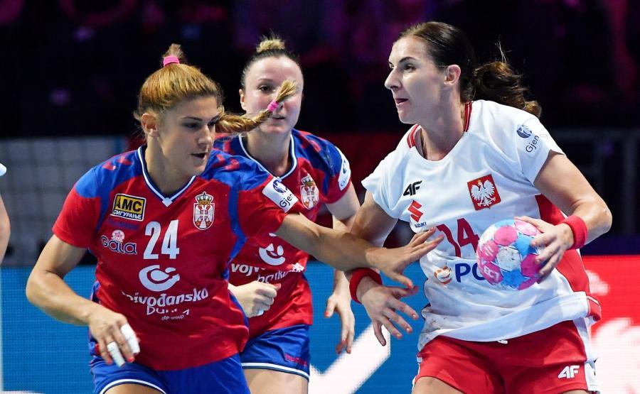 Polka Karolina Kudłacz-Gloc (P) i Aleksandra Vukajlovic (L) z Serbii podczas meczu grupy A mistrzostw Europy piłkarek ręcznych w Nantes