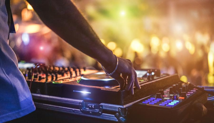 DJ podczs imprezy na otwartym powietrzu
