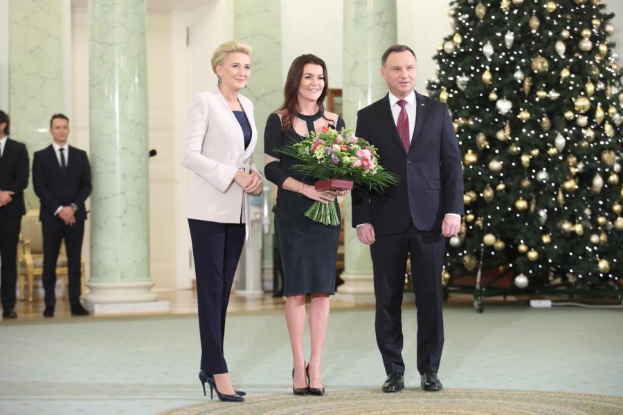 Prezydent Andrzej Duda (P) z małżonką Agatą Kornhauser-Dudą (L) oraz odznaczona Krzyżem Komandorskim Orderu Odrodzenia Polski była tenisistka Agnieszka Radwańska