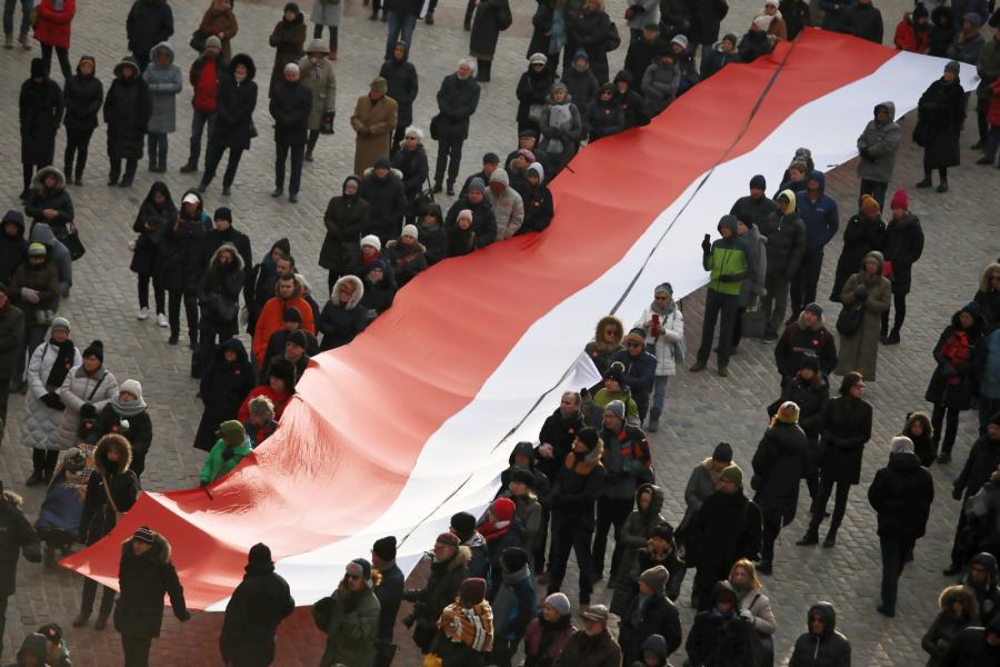 Ludzie zgromadzeni na Placu Zamkowym, gdzie został ustawiony ekran umożliwiający mieszkańcom Warszawy obejrzenie transmisji uroczystości pogrzebowych Pawła Adamowicza