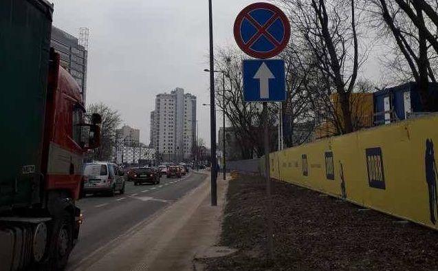 ul. Okopowa na wysokości ul. Stawki. Znak B-36 (zakaz zatrzymywania się), a pod nim niebieski znak D-3 (droga jednokierunkowa)