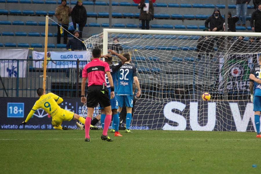 Mariusz Stępiński strzela gola w meczu z Empoli