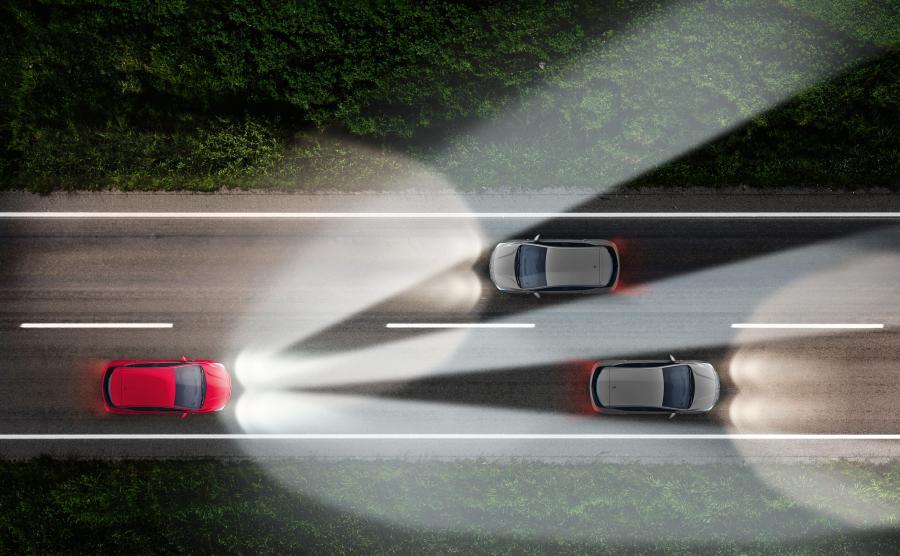 Nowy Opel Corsa będzie dostępny z adaptacyjnymi reflektorami matrycowymi IntelliLux LED. Dzięki temu niemiecka marka ze 120-letnią historią w motoryzacji umacnia swoją pozycję lidera w popularyzacji nowoczesnych technik oświetleniowych