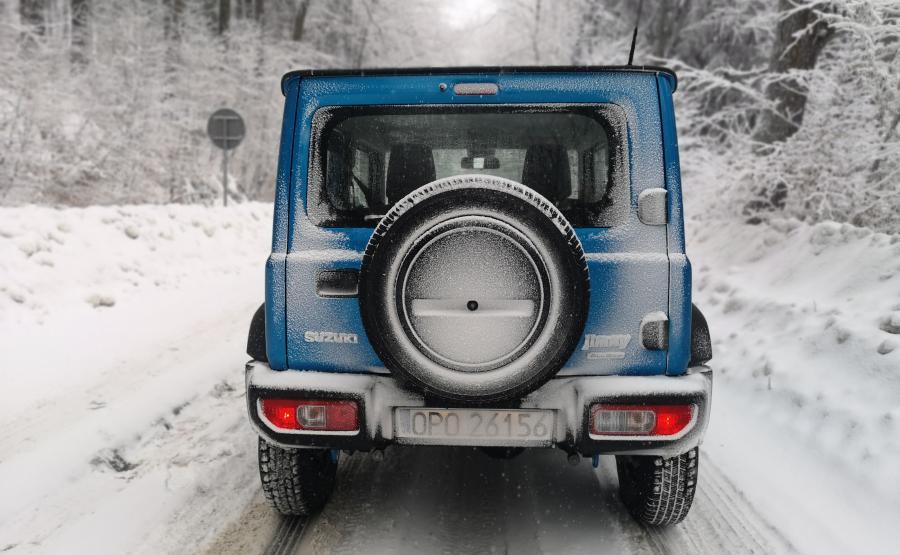 Inżynierom Suzuki udało się zachować niską masę własną – Jimny waży od 1090 kg do 1135 kg (w zależności od wersji). Dzięki temu można pozwolić sobie na przedzieranie się przez dzikie odstępy bez obawy o uszkodzenie podwozia na byle wyrwie