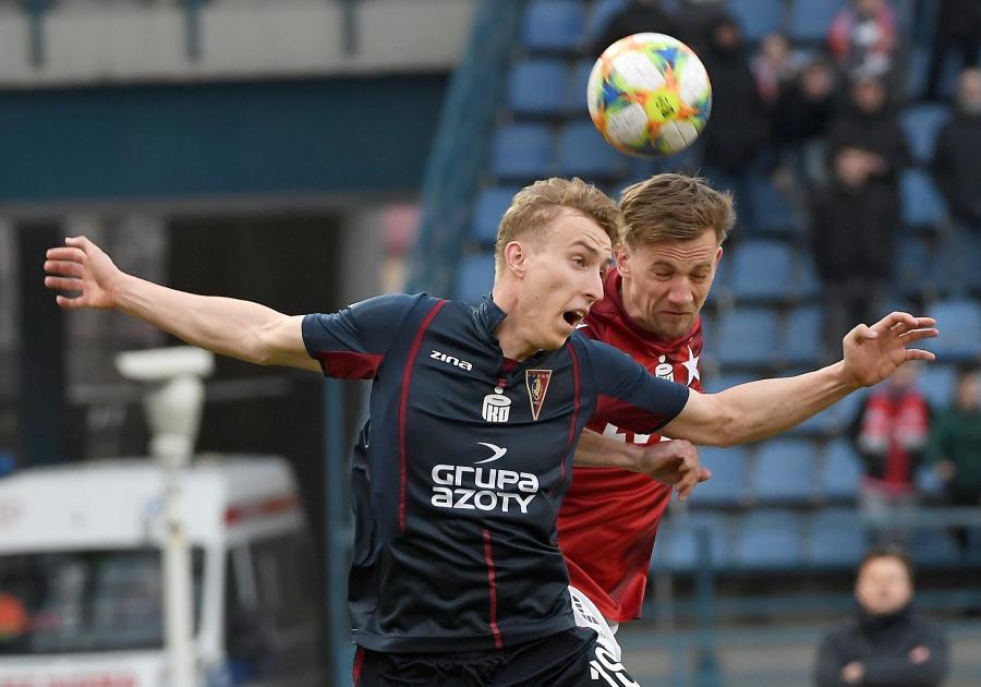 Piłkarz Wisły Kraków Łukasz Burliga (P) i Adam Buksa (L) z Pogoni Szczecin