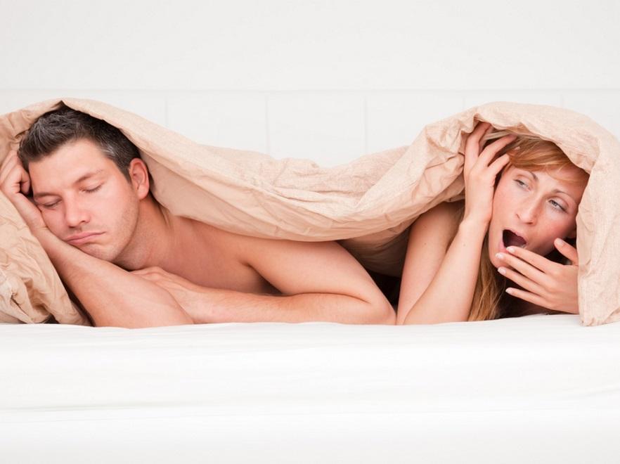 Znudzona para w łóżku