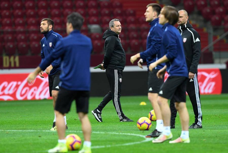 Selekcjoner piłkarskiej reprezentacji Łotwy Slavisa Stojanovic (C) podczas treningu kadry w Warszawie