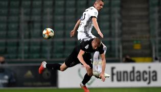 Piłkarz Legii Warszawa Artur Jędrzejczyk (góra) i Filip Piszczek (dół) z Cracovii podczas meczu Ekstraklasy