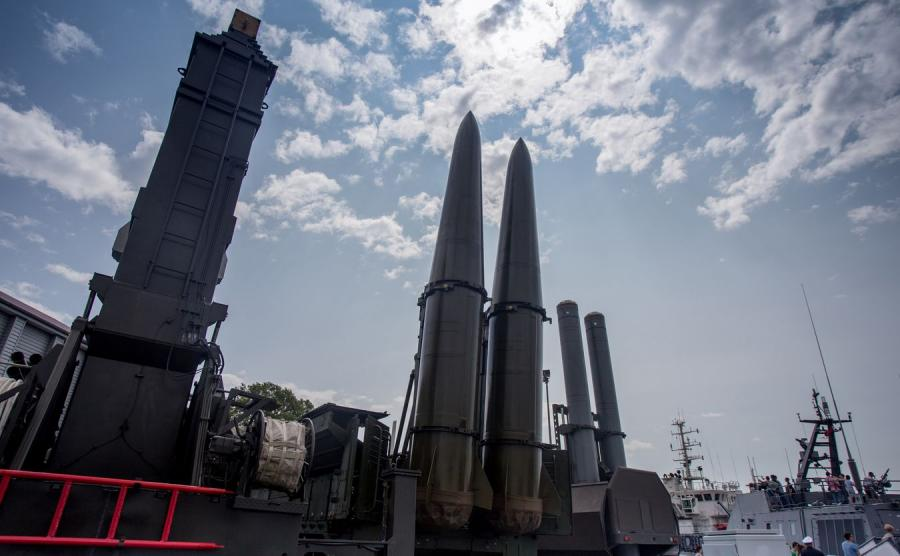 System Murmańsk-BN (po lewej) i rakiety Iskander (po prawej)