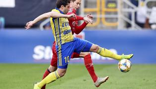 Piłkarz Arki Gdynia Luka Zarandia (L) i Patrik Mraz (P) z Zagłębia Sosnowiec podczas meczu grupy spadkowej Ekstraklasy