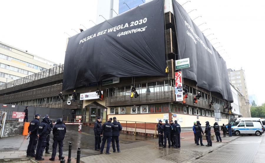 Aktywiści Greenpeace Polska, 14 bm. na siedzibie PiS przy Nowogrodzkiej w Warszawie, wywiesili gigantyczne bannery z napisem \