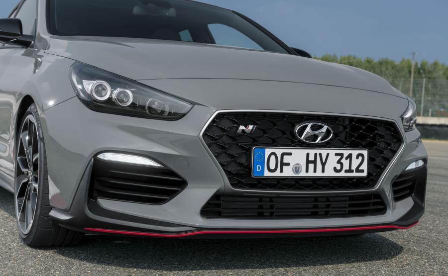 Hyundai i30 Fastback N - ten model może napędzać silnik 2.0 Turbo o mocy 250 KM w wersji standardowej lub 275 KM w opcjonalnym pakiecie Performance