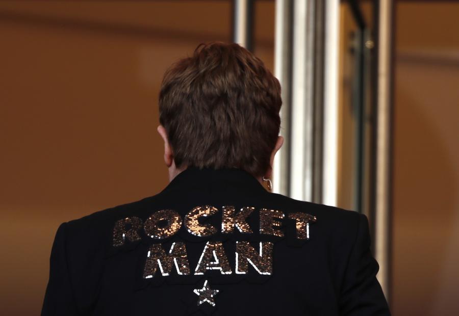 Tak w Cannes wyglądały plecy Eltona Johna