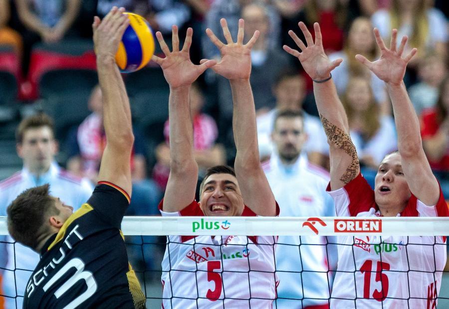 Polcy Łukasz Kaczmarek (C) i Jakub Kochanowski (P) oraz Niemiec Ruben Schott (L) podczas meczu towarzyskiego siatkarzy w Gliwicach