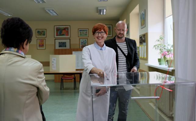 Minister rodziny, pracy i polityki społecznej Elżbieta Rafalska z synem Tomaszem głosują w lokalu wyborczym w Szkole Podstawowej nr 15 w Gorzowie Wielkopolskim