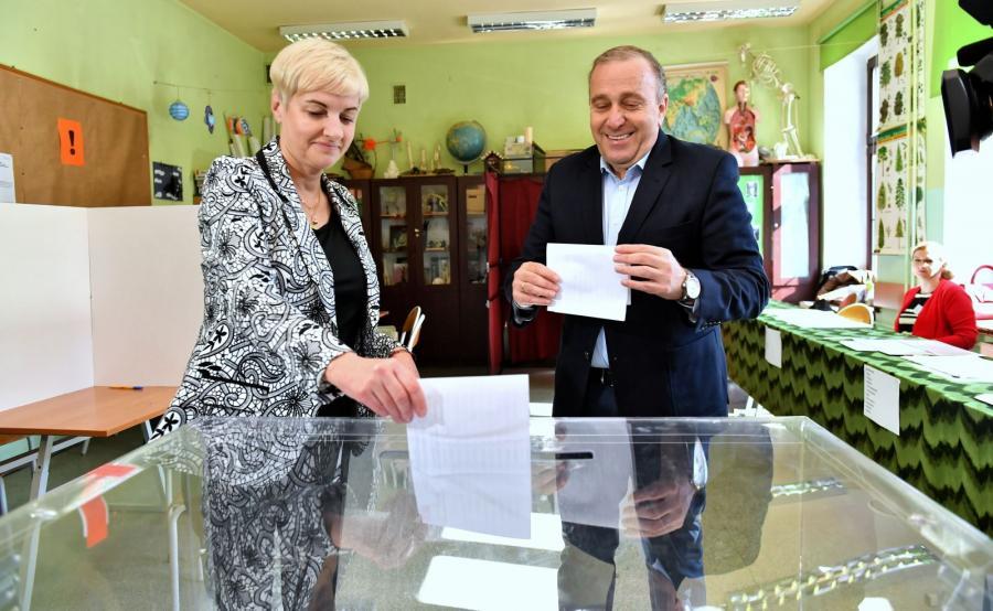 Przewodniczący PO Grzegorz Schetyna z żoną Kaliną Rowińską-Schetyną głosuje w lokalu wyborczym w Szkole Podstawowej nr 23 we Wrocławiu