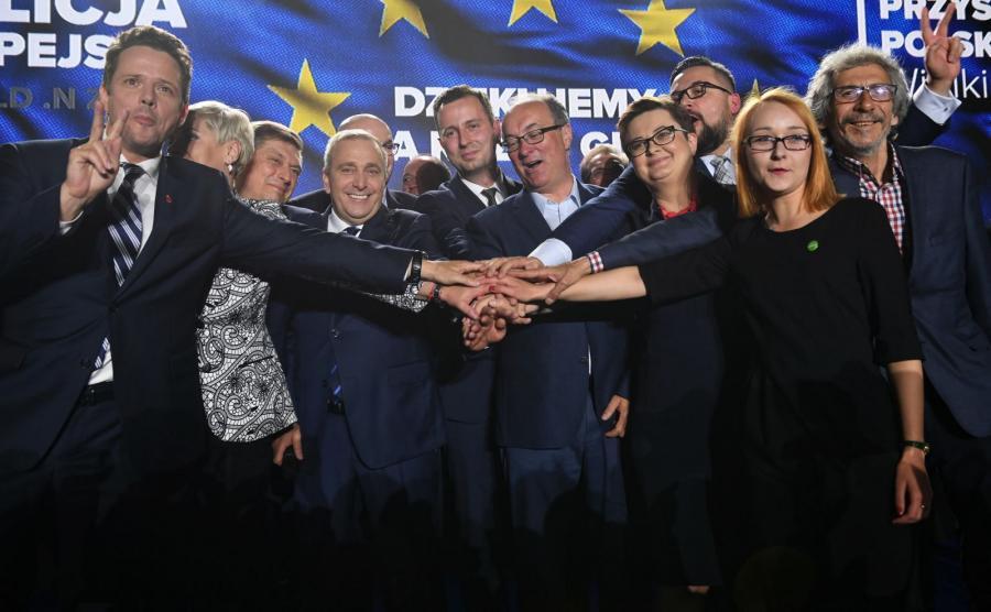 Przewodniczący PO Grzegorz Schetyna (4L) z żoną Kaliną (2L), prezes PSL Władysław Kosiniak-Kamysz (C), przewodniczący SLD Włodzimierz Czarzasty (4P), przewodnicząca partii Nowoczesna Katarzyna Lubnauer (3P), Marek Kossakowski (P) oraz Małgorzata Tracz (2P) z Zielonych i prezydent Warszawy Rafał Trzaskowski (L) w sztabie wyborczym Koalicji Europejskiej