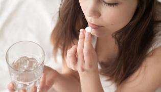 Nastolatka bierze lek