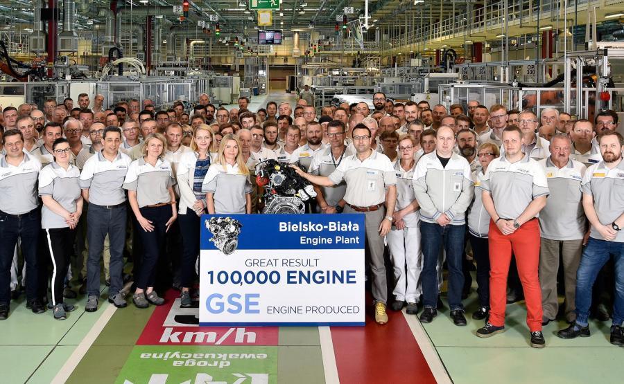 W fabryce silników FCA Powertrain w Bielsku-Białej od roku trwa produkcja dwóch nowych turbodoładowanych jednostek benzynowych. Wielkość inwestycji? Wcześniej mówiło się, że w grę wchodzi kwota ok. miliarda zł. FCA twierdzi, że nowa generacja silników FireFly Turbo 1,0 i 1,3 w konfiguracjach 3- i 4-cylindrowych jest nawet o 20 proc. bardziej oszczędna