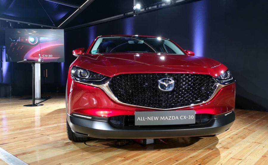 Oba silniki benzynowe wyposażono w nowy system M-Hybrid z silnikiem elektrycznym wspomagającym spalinowy oraz upieczoną pomiędzy kołami baterię litowo-jonową o napięciu 24 V i energii 600 kJ. Dzięki temu rozwiązaniu CX-30 ma oferować lepszą dynamikę jazdy przy niższym zużyciu paliwa