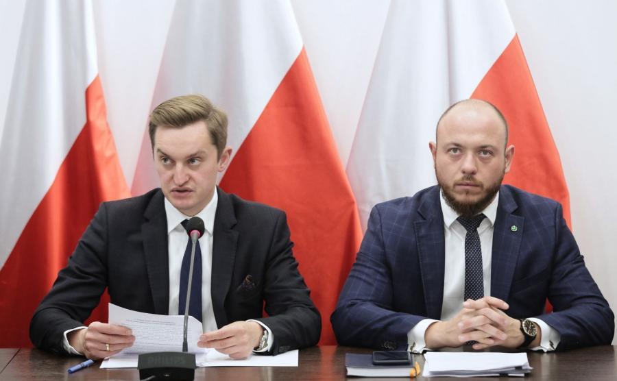 Przewodniczący komisji weryfikacyjnej ds. reprywatyzacji nieruchomości warszawskich Sebastian Kaleta (L) oraz członek komisji Bartłomiej Opaliński (P) podczas konferencji prasowej, 9 bm. w Ministerstwie Sprawiedliwości w Warszawie