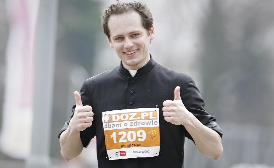 Ksiądz Michał Misiak podczas maratonu