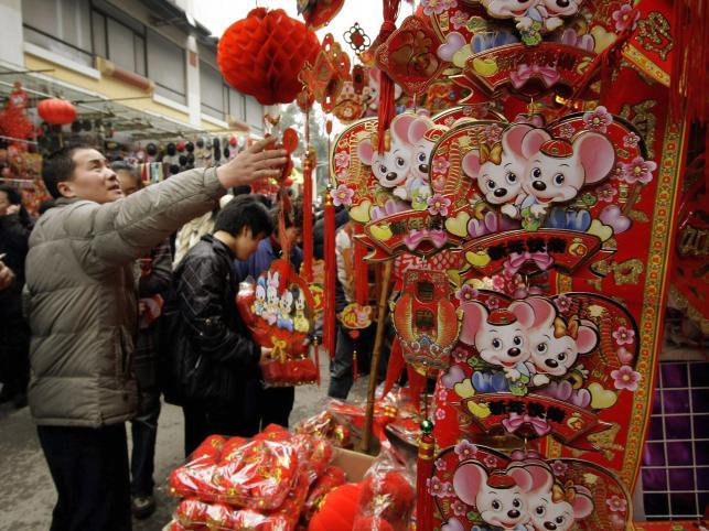 Ulice chińskich miast pełne są straganów z noworocznymi dekoracjami