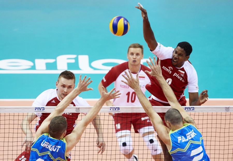 Reprezentanci Polski Wilfredo Leon (P-tył) i Mateusz Bieniek (L-tył) oraz Tine Urnaut (L) i Alen Pajenk (P) podczas meczu turnieju kwalifikacyjnego siatkarzy do igrzysk olimpijskich