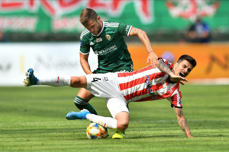 Zawodnik Śląska Wrocław Łukasz Broź (L) i Sergiu Hanca (P) z Cracovii podczas meczu 5. kolejki piłkarskiej Ekstraklasy