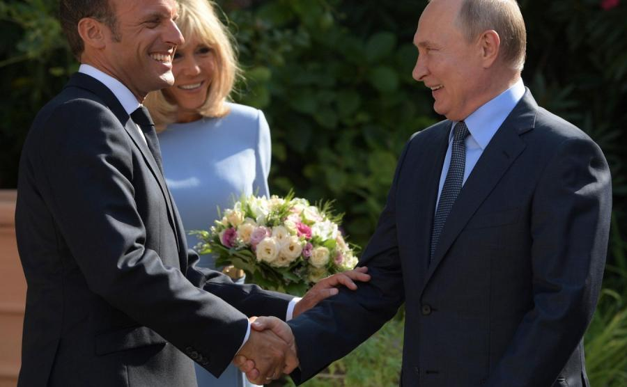 Prezydent Emmanuel Macron z prezydentem Władimirem Putinem