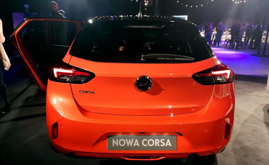 Corsa jest jednym z pierwszych samochodów w klasie, w którym pojawiają się reflektory LED. Światła tylne i przednie nawiązują stylistyką do pozostałych modeli Opla