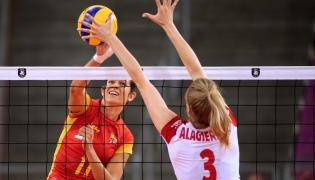 Polka Klaudia Alagierska (P) i Mabel Caro Garcia (L) z Hiszpanii podczas meczu 1/8 finału mistrzostw Europy siatkarek w Łodzi,