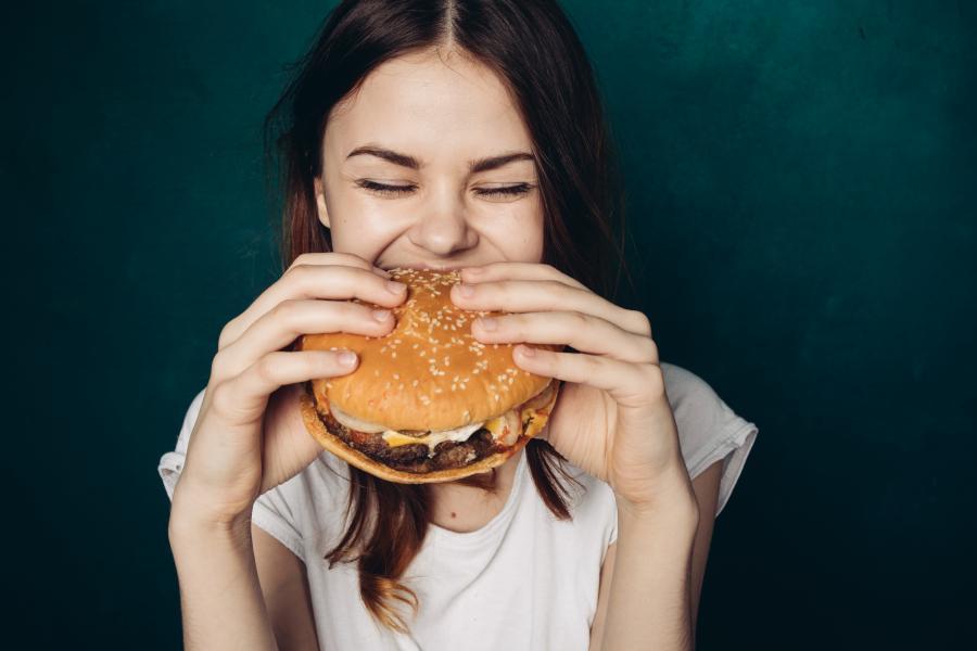 Nastolatka je hamburgera