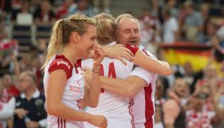 Trener Polek Jacek Nawrocki (P) cieszy się ze zwycięstwa w ćwierćfinałowym meczu z Niemkami podczas mistrzostw Europy siatkarek w łódzkiej Atlas Arenie