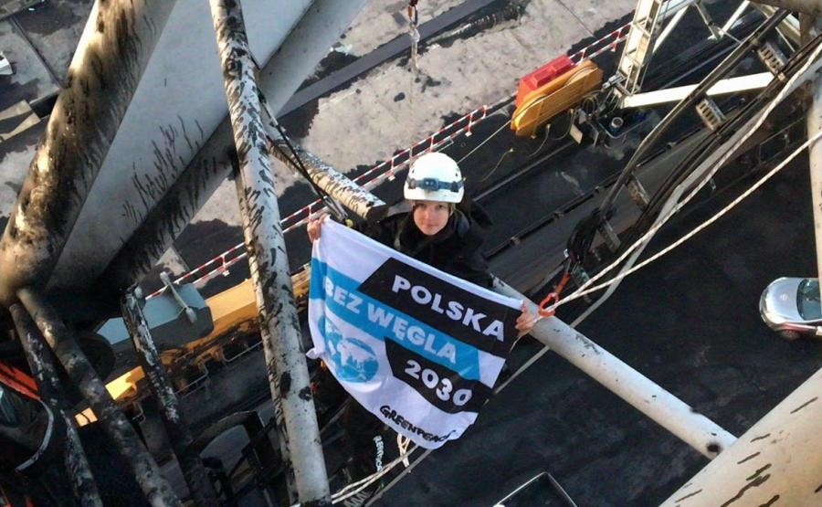 Działaczka Greenpeace na dźwigu w porcie w Gdańsku / Twitter