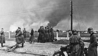 Niemieccy żołnierze obserwują bombardowaną Warszawę