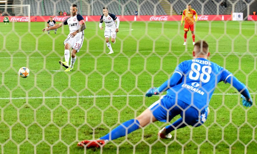 Paweł Brożek strzela gola w meczu z Koroną