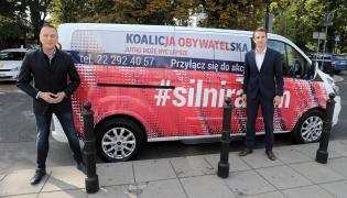 """Krzysztof Brejza i Adam Szłapka podczas prezentacji akcji """"Silni razem"""""""