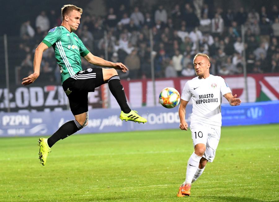 Piłkarz Puszczy Niepołomice Hubert Tomalski (P) i Paweł Stolarski (L) z Legii Warszawa podczas meczu 1/32 finału Pucharu Polski