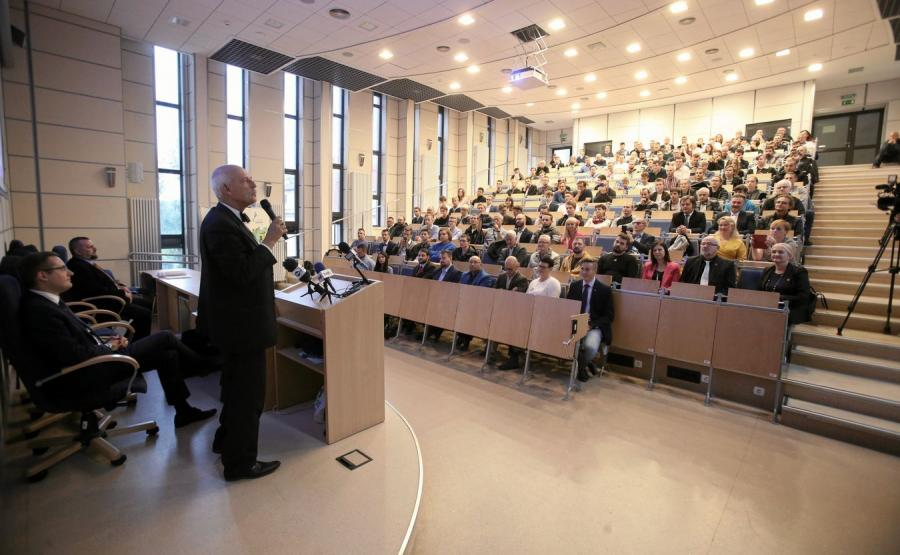 Janusz Korwin-Mikke przemawia podczas konwencji Konfederacji w Szczecinie