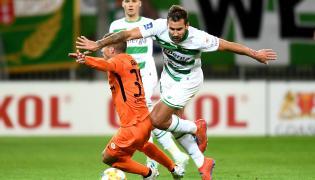 Piłkarz Lechii Gdańsk Błażej Augustyn (P) i Damjan Bohar (L) z KGHM Zagłębie Lubin podczas meczu Ekstraklasy