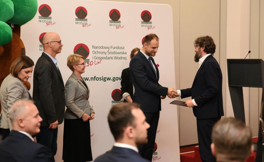 Jakub Pawłowski odbiera nagrodę (Fot. Ministerstwo Środowiska)