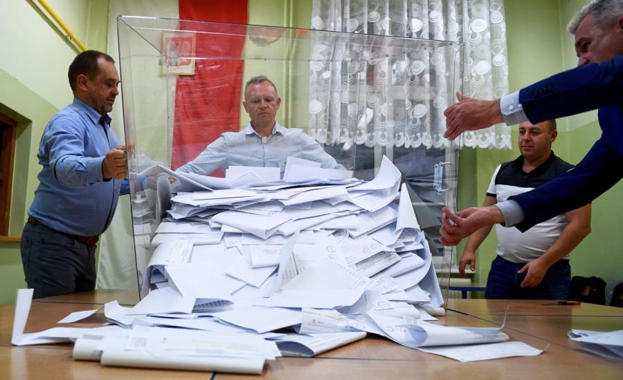 Liczenie głosów w lokalu Obwodowej Komisji Wyborczej Nr 20 w Przemyślu