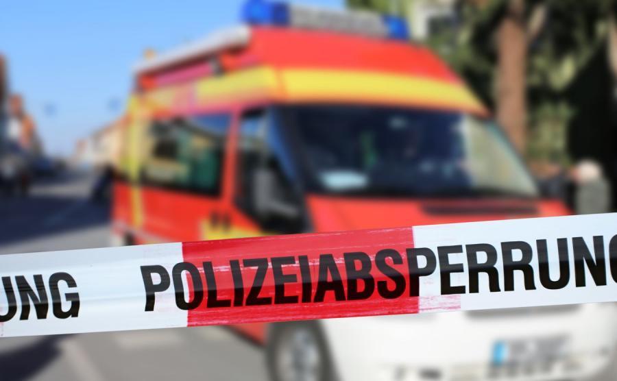 Policyjna taśma i ambulans