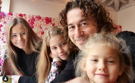 Piotr i Agata Rubikowie z córkami