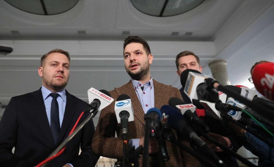 Europoseł Patryk Jaki (C), poseł Jacek Ozdoba (L) i wiceminister sprawiedliwości Sebastian Kaleta (P) podczas konferencji prasowej #StraconyRokTrzaskowskiego