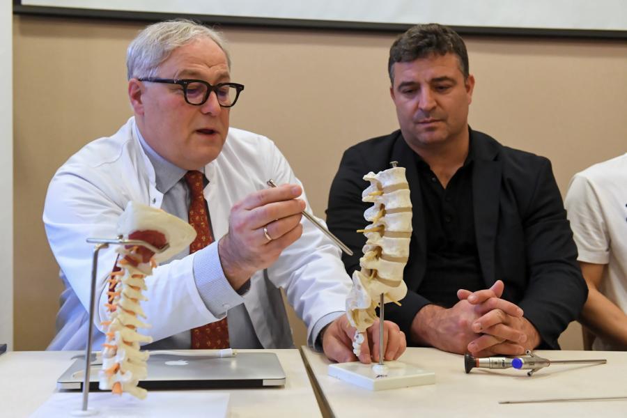 Ordynator oddziału neurochirurgii prof. Waldemar Koszewski (L) i ortopeda z Ligaments Spine Center Frankfurt dr Ralf Wagner (P)