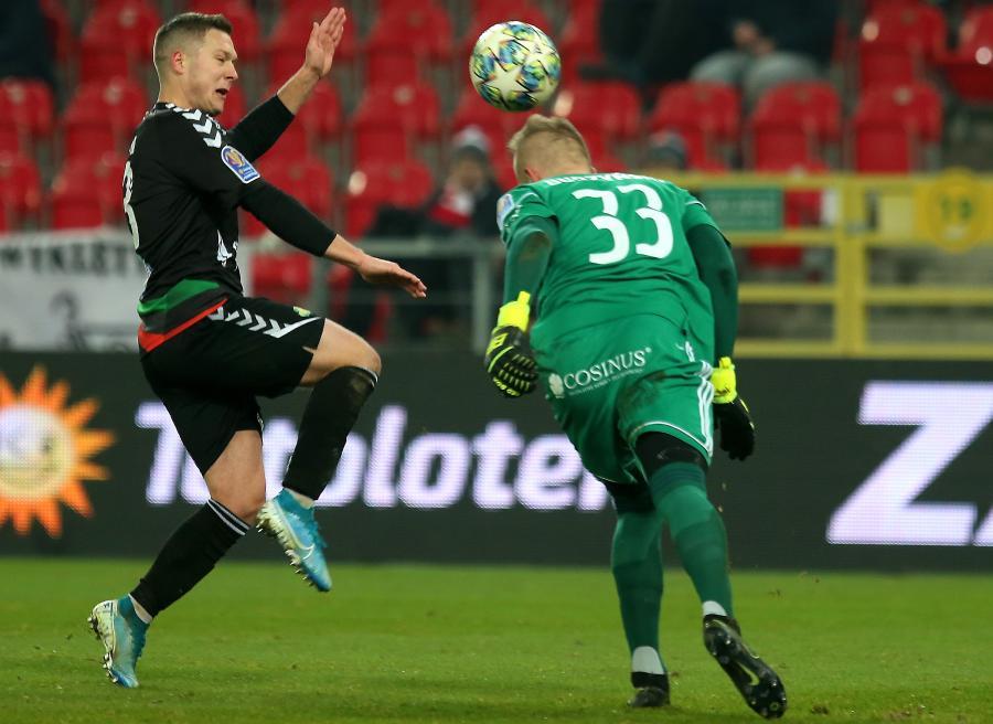 Piłkarz GKS Tychy Łukasz Moneta (L) i bramkarz Dominik Budzyński (P) z ŁKS Łódź podczas meczu 1/8 finału Pucharu Polski