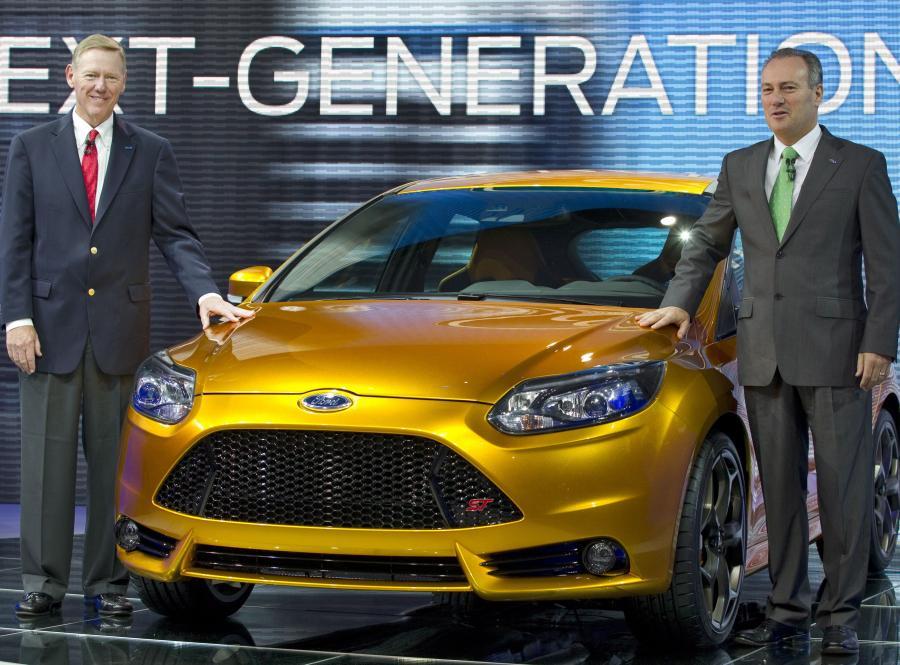 Szefowie Forda: Alan Mulally (po lewej) i Stephen Odell prezentują nowego Forda Focusa